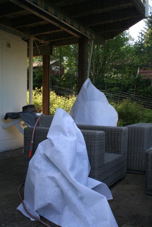 """""""Spökena"""" är krukorna som jag vill skydda mot ev. kyla eller stark sol nu under helgen då vi åker iväg."""