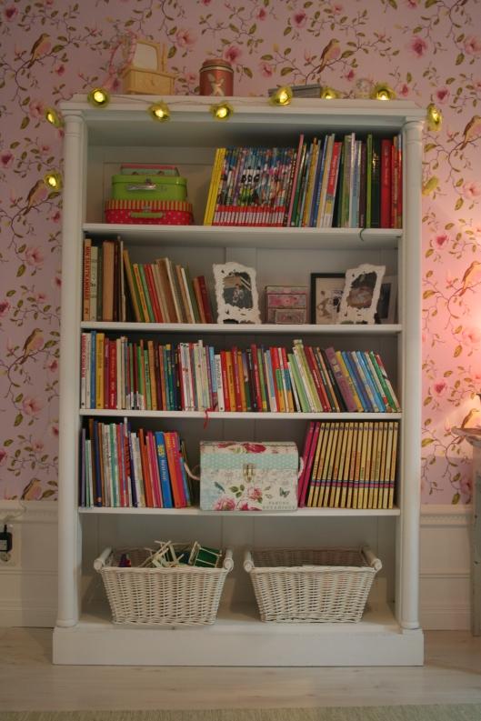 Hittade efter lång tids letande en vit bokhylla hos Villa Antik i Ockelbo. Från 1920.