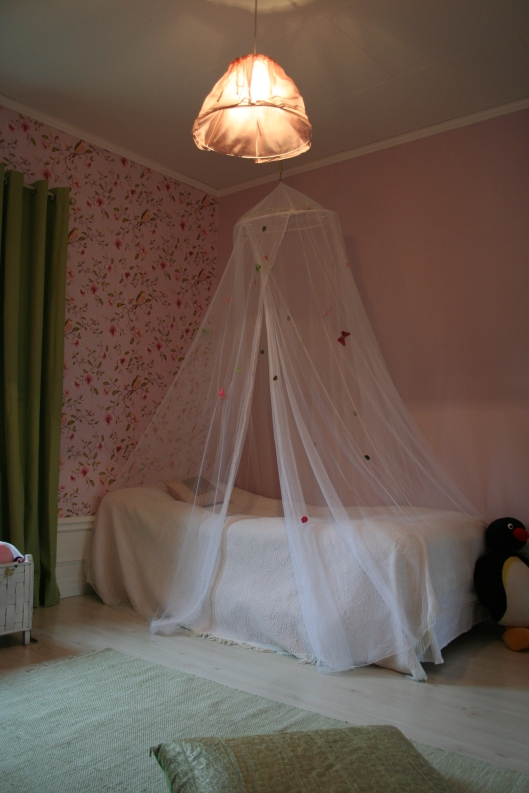 Sänghimmel fr IKEA som jag pyntat med fjärilar och blommor fr bland annat Panduro.
