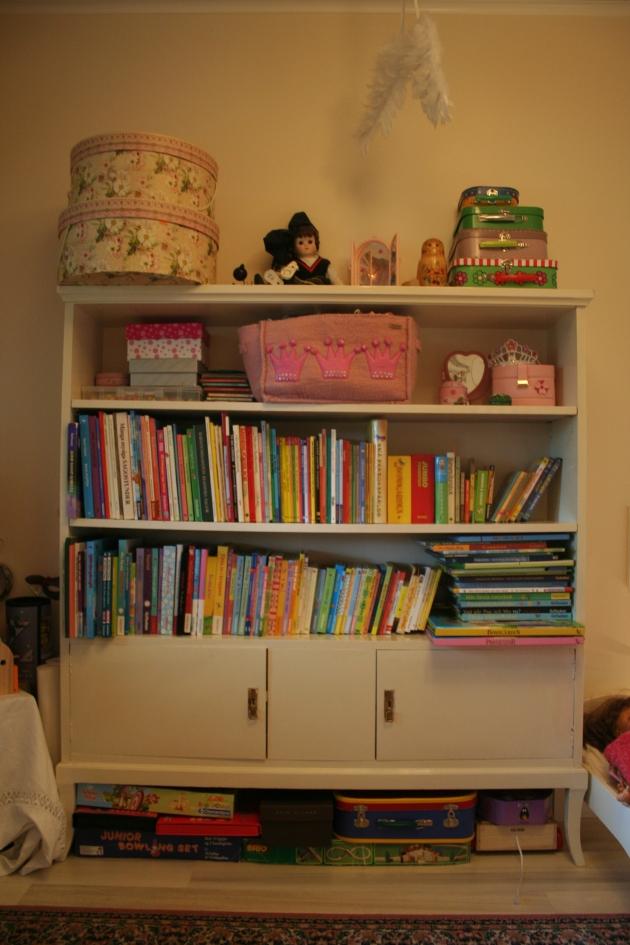 Överbelamrad men praktisk bokhylla