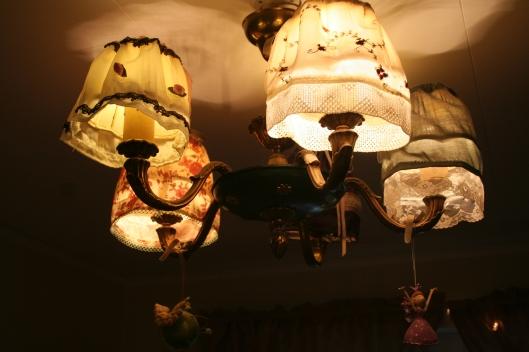 Taklampan är en gammal takkrona vars skärmar jag klätt med hemmasydda kjolar.