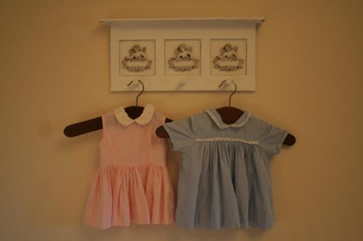 Min gamla klänning till vänster som jag hade när jag var bebis och den blåa till höger hade tjejernas farmor när hon var liten.