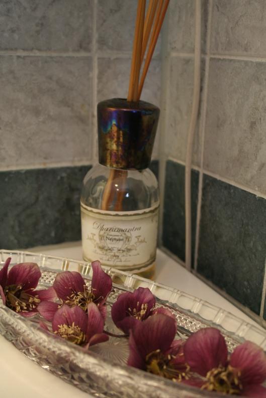 Ett tips för att ta tillvara på julrosorna inne är att lägga blomman i ett vattenbad så att blommans inre syns.