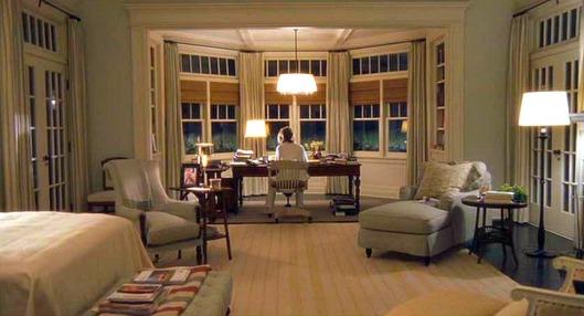 Stillbild från filmen. Huvudperson Ericas sovrum med skrivbord.
