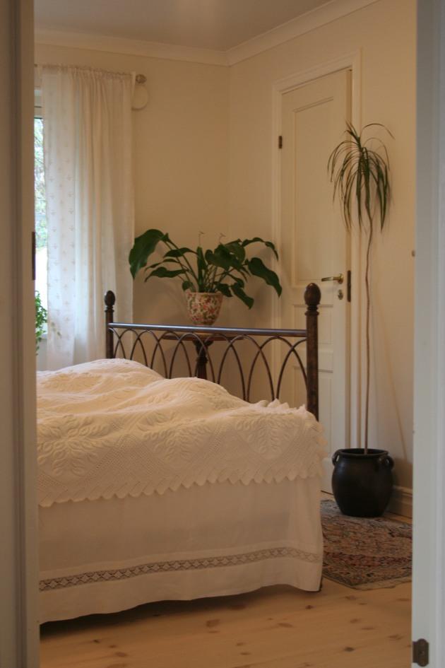 Sängkappan har jag sytt från gamla broderade överlakan som inte så ofta kommer till användning längre.